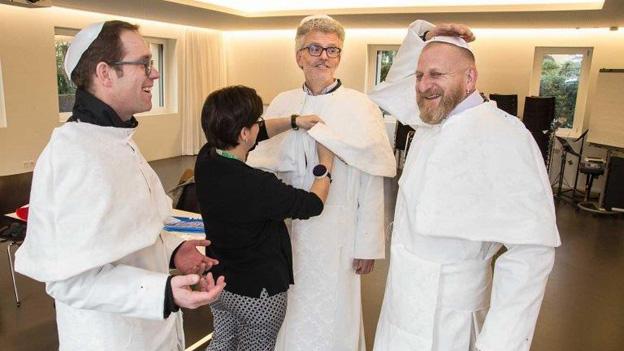 Die drei falschen Päpste bei der Anprobe.