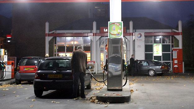 Rund um die Uhr einkaufen an Tankstellenshops.