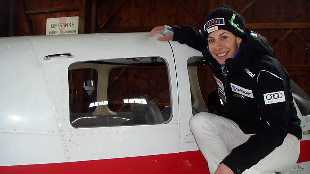 Dominique Gisin vor einer Piper.