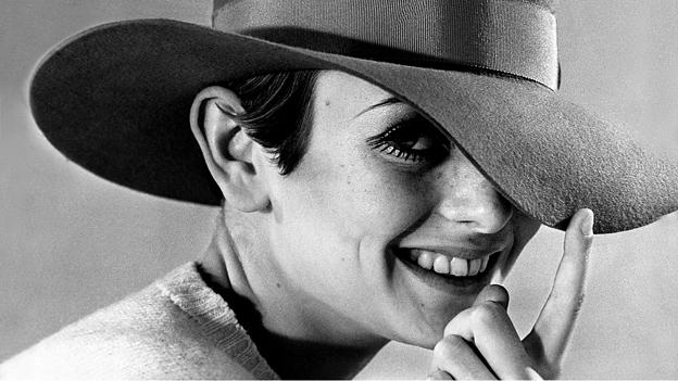 Britisches Model mit Hut.