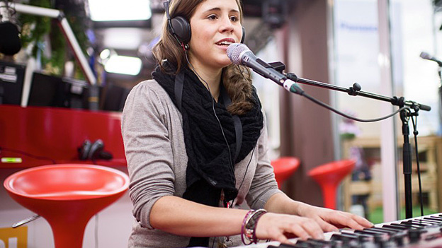 Eliane Müller singt am Klavier.