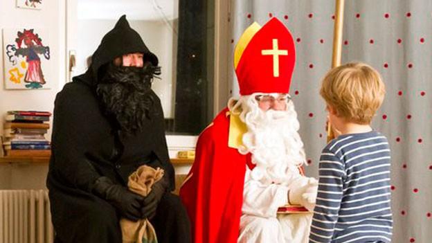 Knecht Ruprecht und Samichlaus hören Gedicht von Kind an.