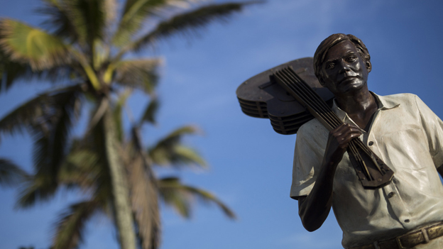 Statue von Jobim mit Gitarre über der Schulter, hinte ihm eine Palme