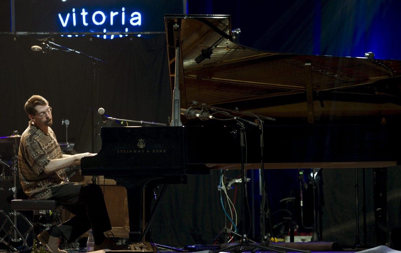 Ein Mann spielt Klavier.