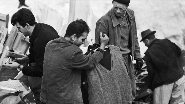 Gastarbeiter suchen nach dem Unglück nach Überresten ihres Hab und Guts.