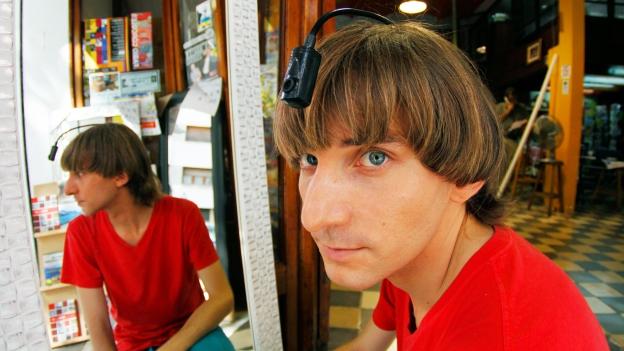 Der britische Künstler und Musiker Neil Harbisson hat sich bereits 2004 eine Antenne in den Kopf implantieren lassen.