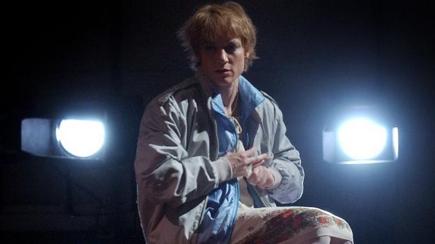 Meg Stuart spielt und tanzt zur Uraufführung des Tanztheaters «Forgeries, Love and other Matters» in der Box im Schiffbau vom Schauspielhaus Zürich.