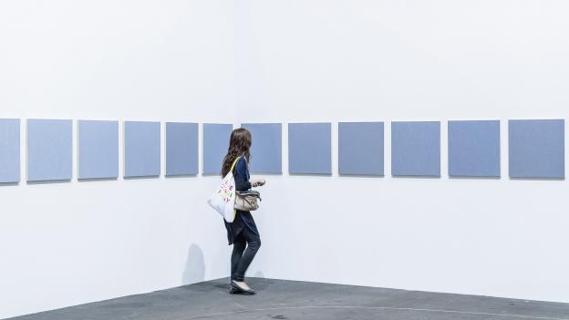 Eine Besucherin an der Art Basel 2015