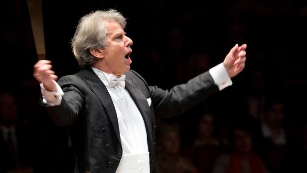 Der Dirigent Hartmut Haenchen in Aktion.