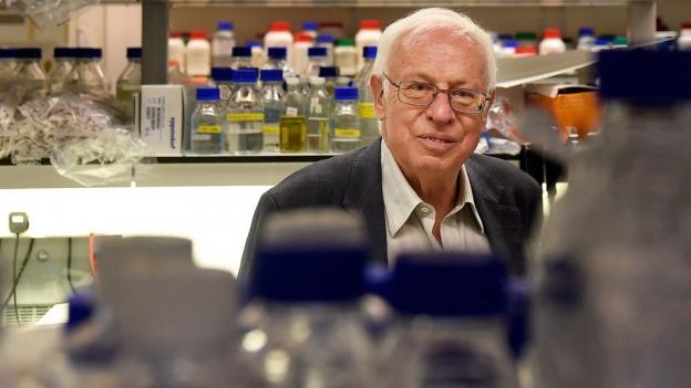 Nobelpreisträger Tomas Lindahl posiert nach seiner Wahl.