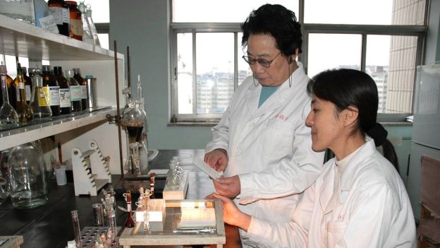 Tu Youyou (links) entdeckte den Antimalaria-Wirkstoff «Artemisinin».