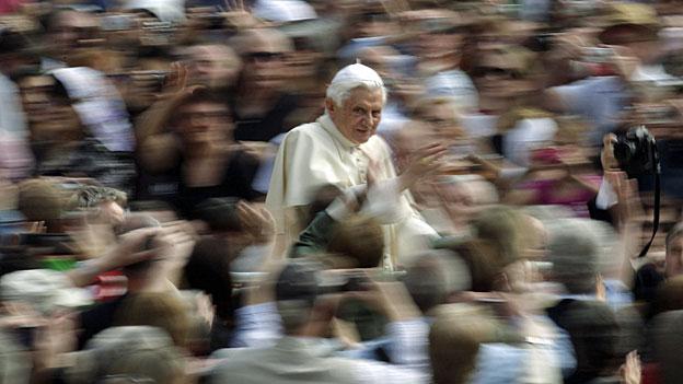 Papst Benedikt XVI auf dem Petersplatz in Rom, am 21. April 2010.