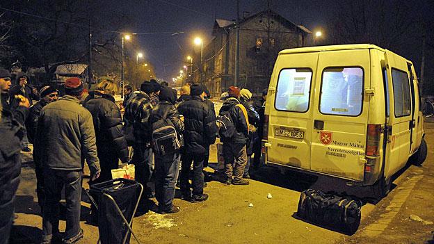 Ungarische Obdachlose stehen in Budapest um Tee an.