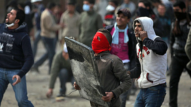 Junge Ägypter protestieren gegen die Regierung.