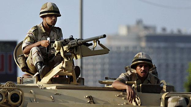 Soldaten der ägyptischen Armee blicken auf den Tahrir-Platz in Kairo, am 8. Juli 2013.