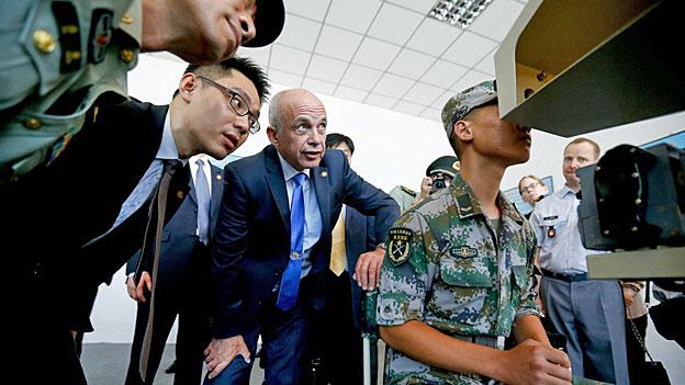 Bundespräsident Ueli Maurer besucht eine Anlage der chinesischen Armee in der Nähe von Peking.
