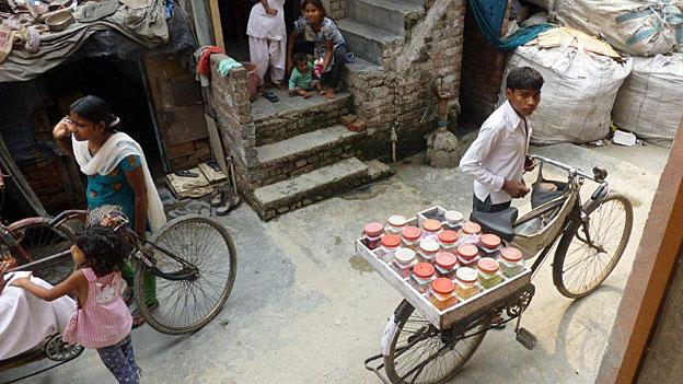 Viele Arme sind alles andere als begeistert vom neuen Gesetz zur Ernährungssicherheit. Eine Strasse in einem Slum von Dehli.