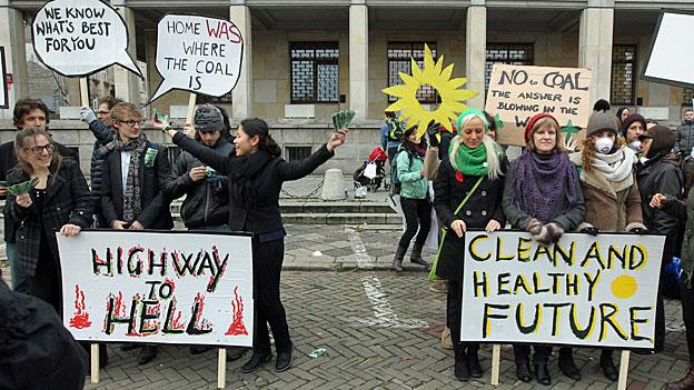 UmweltaktivistInnen mit ihrer Aktion «Gesundheit oder Kohle» am Montag in der polnischen Hauptstadt Warschau.