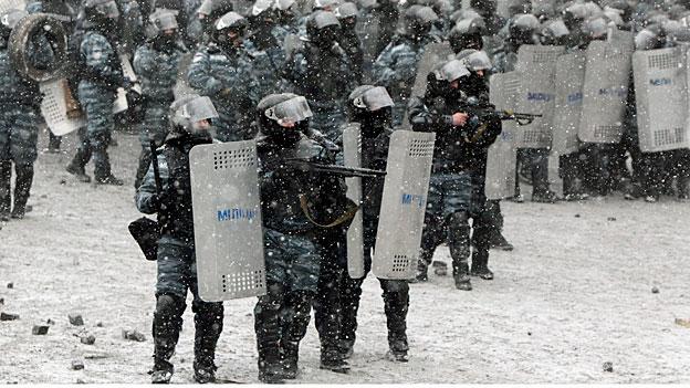Ukrainische Polizeikräfte gehen bewaffnet gegen Demonstrierende in Kiew vor.