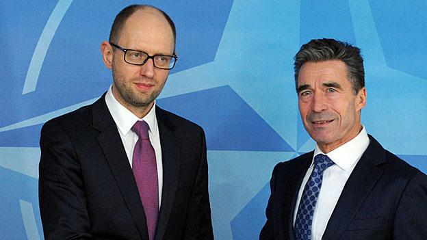 Vor dem Hintergrund der Krise in der Ukraine werden nun Nato und USA aktiv. Bild: Der ukrainische Übergangspremier Arseni Jazenjuk und Nato-Generalsekretär Anders Fogh Rasmussen.
