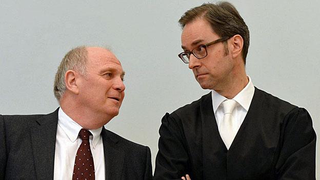 Uli Hoeness und sein Anwalt Markus Gotzens am Montag vor dem Landgericht München,