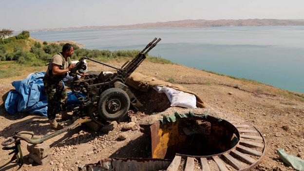Ein kurdischer Peschmerga-Kämpfer bereitet seine Waffe vor in der Nähe des Mosul-Staudamms in der Stadt Mosul, Irak, am 17.8.2014.