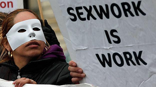 Alle schwedischen Akademiker sind sich einig, dass die Prostitution seit dem Verbot nicht zurückgegangen sei. Bild: Proteste von Exarbeiterinnen in Frankreich.