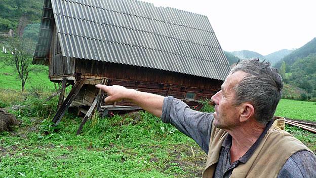 Bauer Alia Imic vor seinem abgerutschten Schafstall.