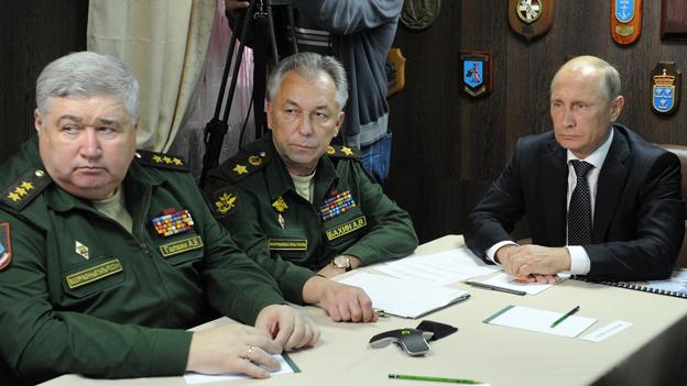 Der russische Präsident Putin mit seinen Generälen (Archiv).