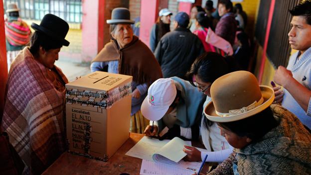 Bolivianische Stimmberechtigte an der Urne.