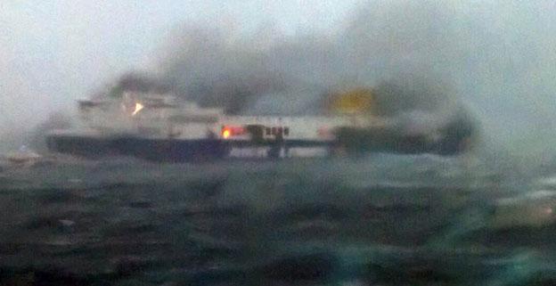 Die brennende Fähre Norman Atlantiv in Seenot im adriatischen Meer.