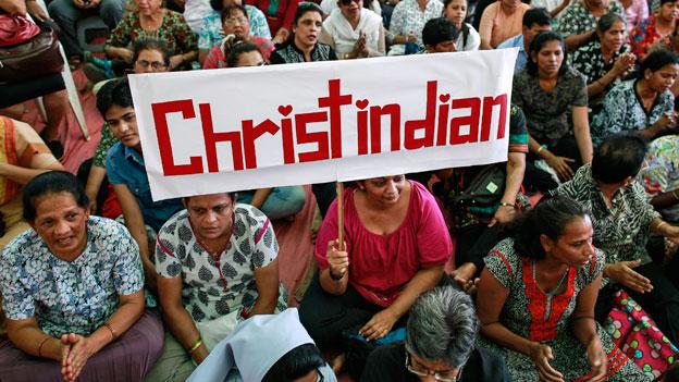 Demonstration in Mumbai. Immer wieder werden Kirchen von radikalen Hindu-Nationalisten angegriffen und zerstört.