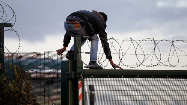 Hunderte von Flüchtlingen in Calais wollen nach England und nehmen jedes Risiko in Kauf.