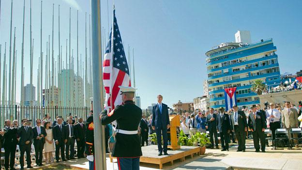 Feierlich wird im Beisein von Aussenminister John Kerry vor der wiedereröffneten US-Botschaft auf Kuba die US-Flagge gehisst.