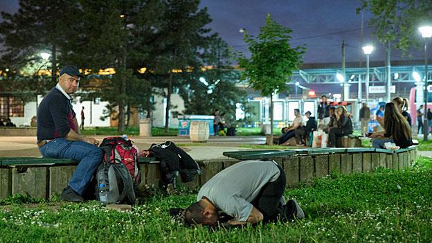 Beten und hoffen, dass sich ein Platz in einem Bus Richtung Notrden findet: Flüchtlinge vor dem Busbahnhof in der serbischen Hauptstadt Belgrad.