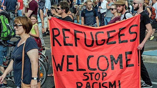 Das Asylaufnahmezentrum Heidenau hat viele und sehr verschiedene Menschen auf die Strasse gelockt. Hier eine Gruppe Leute, die sich dafür einsetzen, dass  Flüchtlinge aufgenommen werden und menschenwürdige Unterkünfte finden.