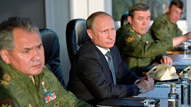 Offenbar bemüht sich Russland, sein Vorgehen wenigstens minimal mit dem Westen abzustimmen. Aus US-Quellen verlautete, die Vereinigten Staaten seien im Vorfeld über die heutigen Angriffe informiert worden. Bild: Putin und die russische Armeespitze.