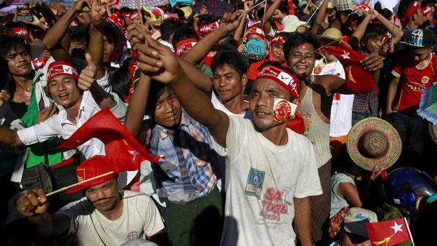 Fans von Burmas Oppositionsführerin Aung San Suu Kyi während ihrer Wahlkampfveranstaltung zu den Parlamentswahlen am 16. Oktober 2015.