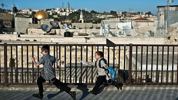 «Man braucht in Jerusalem nur in die Hosentasche zu greifen, und schon werden die Soldaten nervös», sagt ein 20-Jähriger aus dem palästinensischen Osten Jerusalems.
