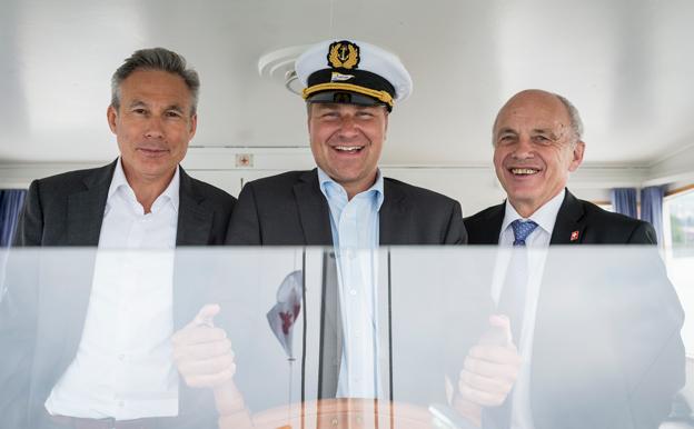 Toni Brunner zusammen mit SVP Fraktionschef Adrian Amstutz und Bundesrat Ueli Maurer am Steuer der MS Thurgau während eines Fraktionsausflugs im letzten Sommer