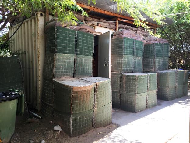 Ein Zimmer, beziehungsweise ein Container des Hotels «Airport Camp» in Mogadischu - mit Sacksäcken als weiteren Schutz vor Schüssen.