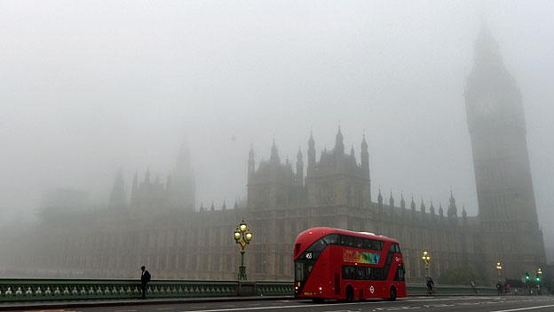 Grossbritannien zeigt Härte gegenüber jugendlichen Flüchtlingen. Bild: «House of Parliament» in London Westminster im Nebel.