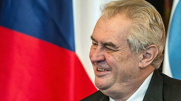 Der tschechische Präsident Milos Zeman sieht mit den Flüchtlingen die Scharia nach Europa kommen: Frauen würden dann gesteinigt, sagte er öffentlich, Dieben die Hand abgehackt und die schönen tschechischen Mädchen müssten die Burka tragen.