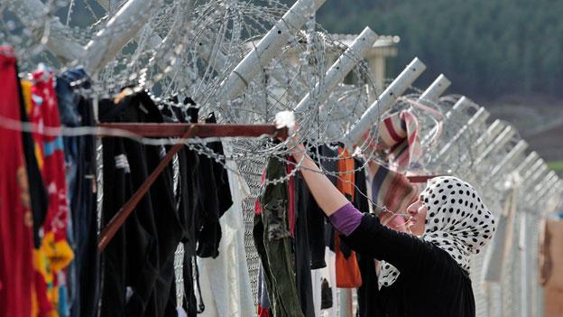 Eine syrische Flüchtlingsfrau hängt in einem Lager für syrische Flüchtlinge im Südosten der Türkei Kleidung auf. Die Europäische Union und die Türkei hoffen, in dieser Woche einer Lösung des Flüchtlingsproblems näher zu kommen.