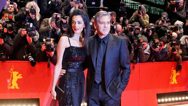 Wo das Ehepaar Amal und George Clooney auftaucht, ist Medienpräsenz sicher. Hillary Clinton spannt die beiden für ihren US-Präsidentschaftswahlkampf ein.