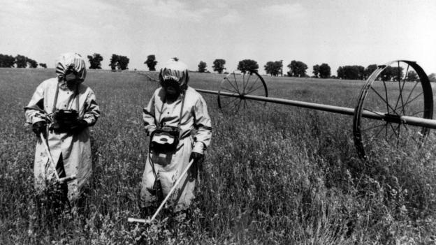Spezialeinheiten messen auf einem Feld in der Sperrzone um Tschernobyl die Strahlung.