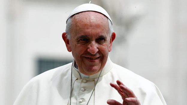 Papst Franziskus will prüfen lassen, ob Frauen in der katholischen Kirche als Diakone dienen könnten. Das sagte er in einer Erklärung. Er werde eine Kommission zu diesem Thema einsetzen.