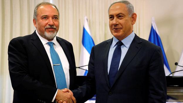 Netanjahu (rechts) und Liebermann, die in der Vergangenheit zumeist als erbitterte Rivalen auftraten, präsentierten gemeinsam in der Knesset ihre Koalitionsvereinbarung.
