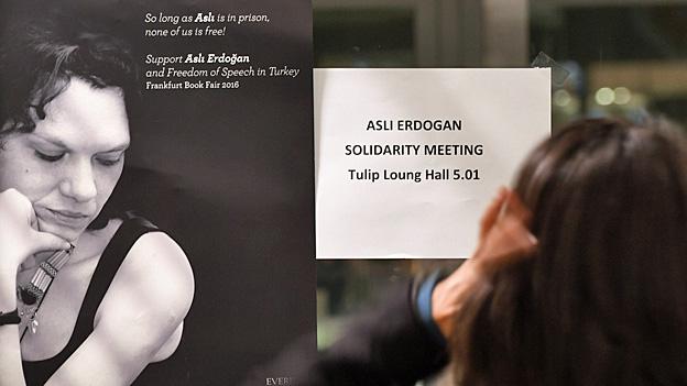 «Asli Erdogan Solidarity Meeting» steht auf einem kleinen Plakat neben einem Foto der türkischen Autorin – an der Frankfurter Buchmesse im Oktober 2016. Nun steht sie in Istanbul vor Gericht.
