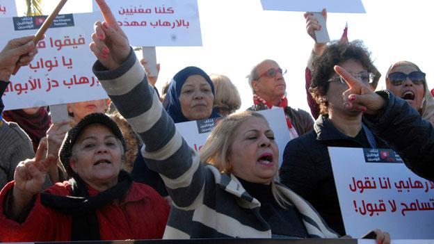 Die Rückkehrer sollen an der Grenze abgefangen und in Untersuchungshaft gesetzt werden. Bild: Demonstration in Tunis.